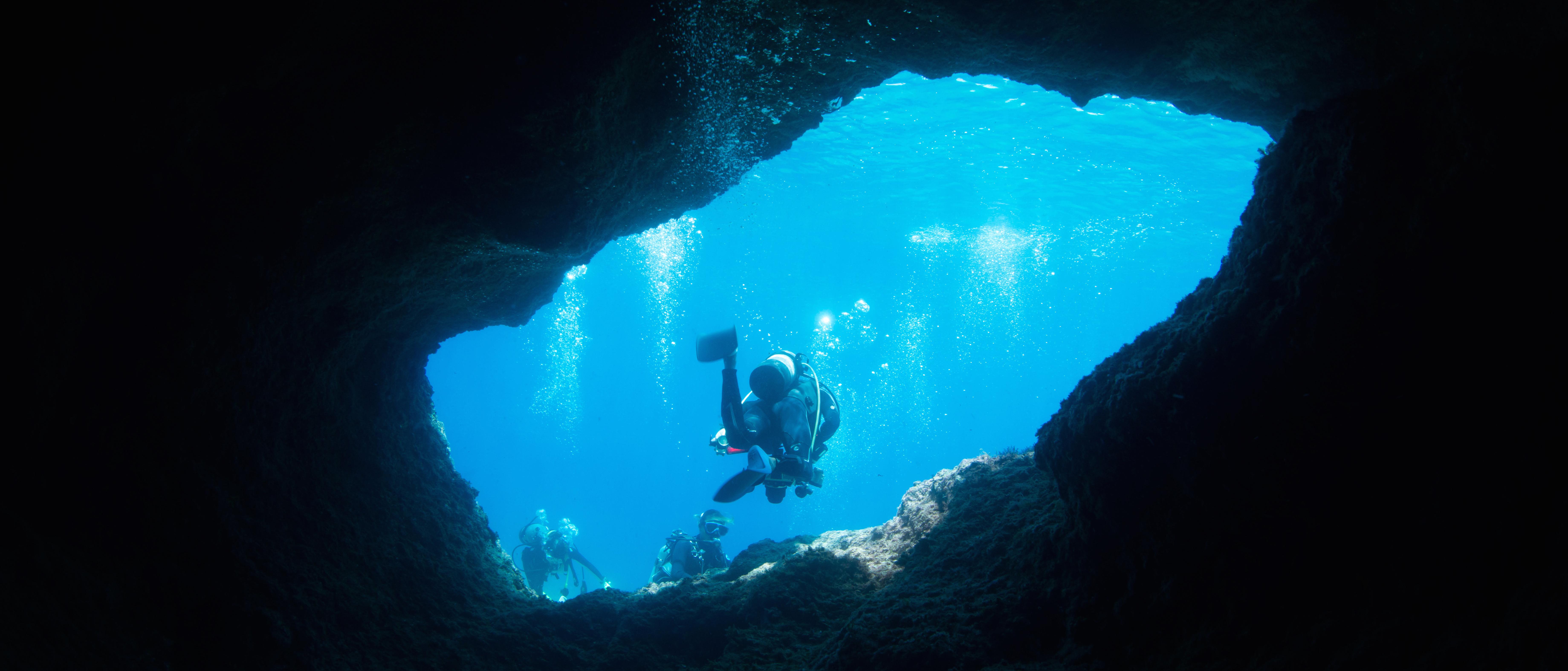 沖繩藍洞是世界上有名的潛點,許多潛水愛好者慕名而至。(Pic l Klook))